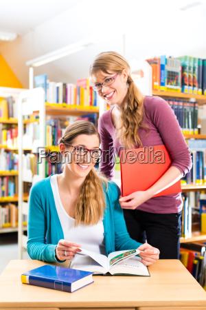 studerende i bibliotek danner en studiegruppe