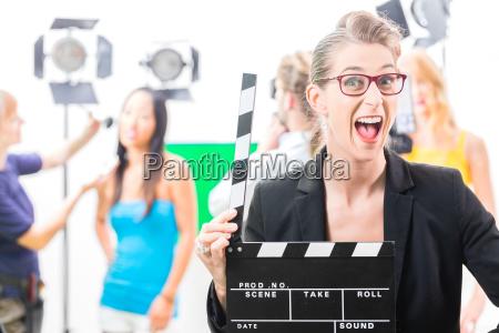 kvinde med film klap pa produktion