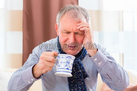 senior drikke te og helbrede forkolelse
