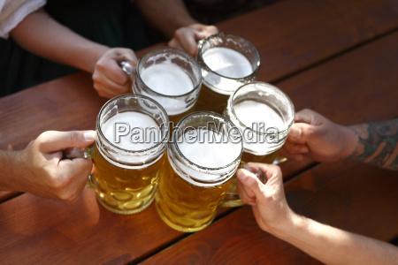 folk drikker ol i en traditionel