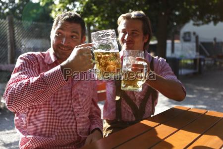 to bayern siddende i en biergarten
