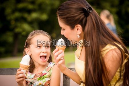 mor og barn nyder is