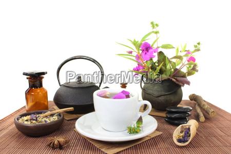 kinesisk naturmedicin med en kop te