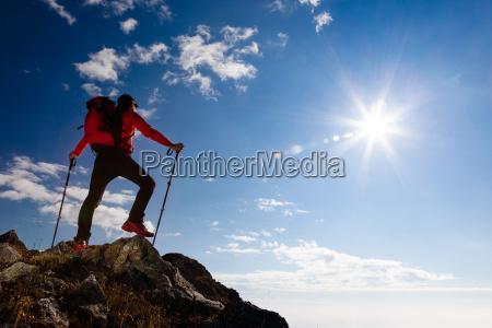hiker staende pa toppen af u200bu200bet
