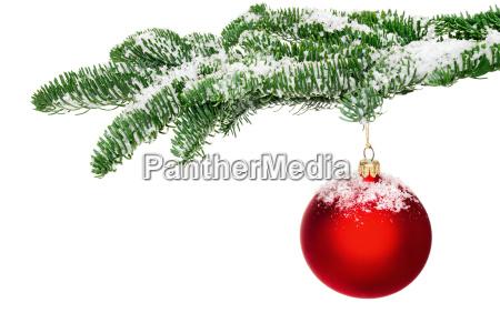 juletrae bolden haenger pa snedaekket gren