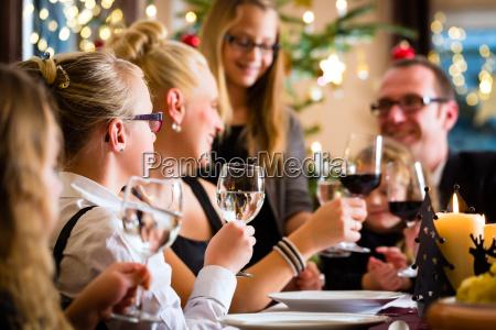familie fejrer jul mens man spiser