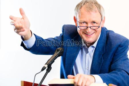 uni professor giver foredrag i auditoriet