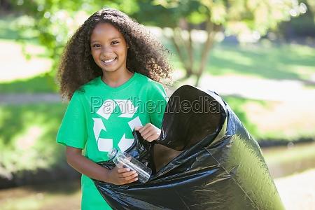 unge miljoaktivist smil kamera optagning papirkurven