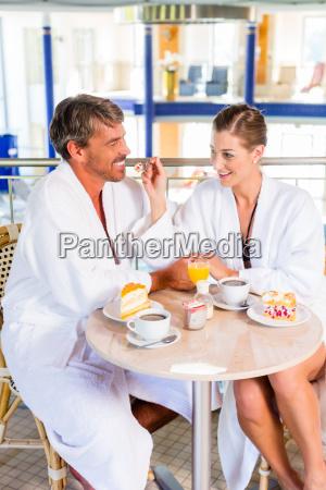 mand og kvinde drikker kaffe i