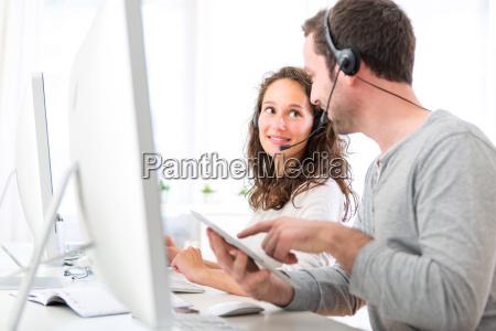 medarbejdere pa et callcenter have det