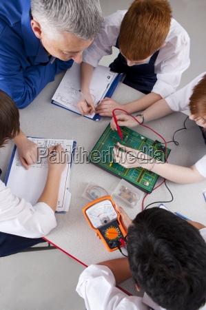laerer ser studerende der arbejder pa