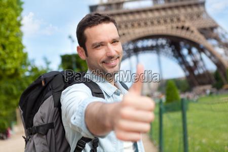 unge attraktive rejsende i paris
