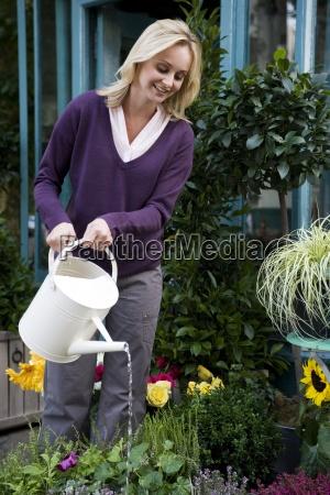 kvinde fnise smiler arbejdsplads have blomst