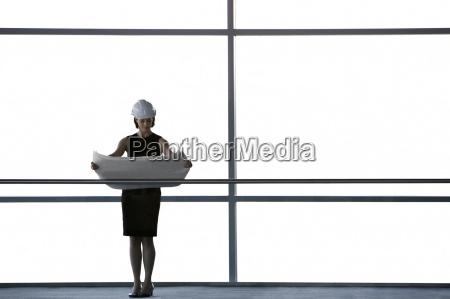 mujer oficina corredor interior disenyo grafico