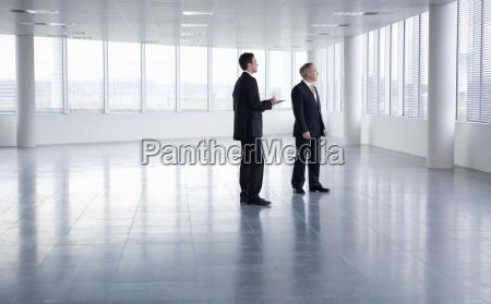 bevaegelse positionsaendring forskydning kontor maend mand