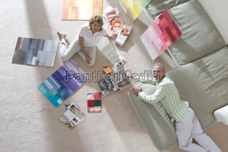 senior par sidder pa gulvet og