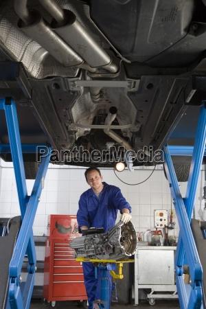 mekaniker med en del af forhojet