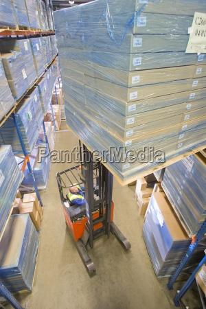 warehouse arbejdstager flyttekasser pa gaffeltruck