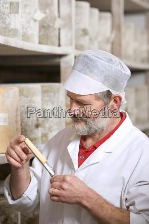 oste mager inspicerende prove af bondegard
