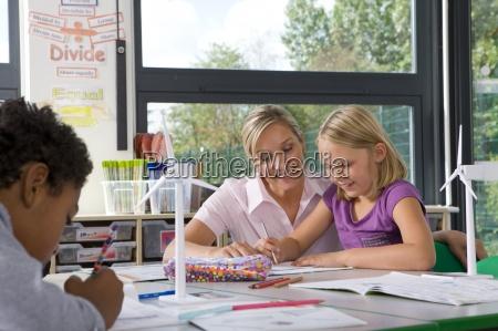 laerer at hjaelpe studerende studie om