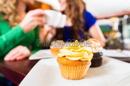 kvinder spiser boller nar man drikker