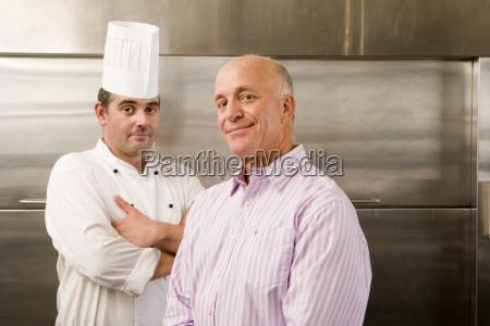mand kok og restaurant manager staende