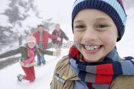 portraet af ung dreng i vintertoj