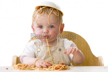 messy baby leger med spaghetti