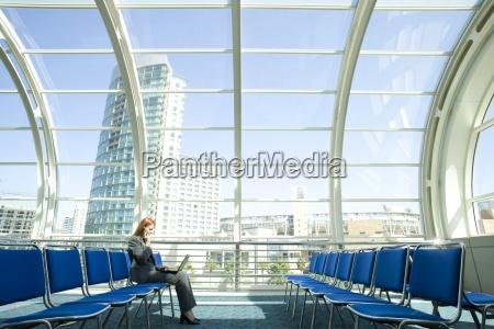 forretningskvinde venter i lufthavnen afgang lounge