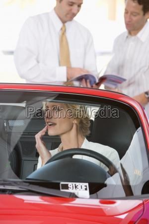 kvinde sidder i rodt cabriolet i