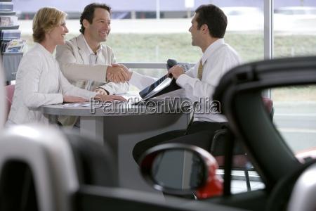 coppia seduta al tavolo nella sala