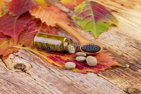 medicin flaske piller pa blad og
