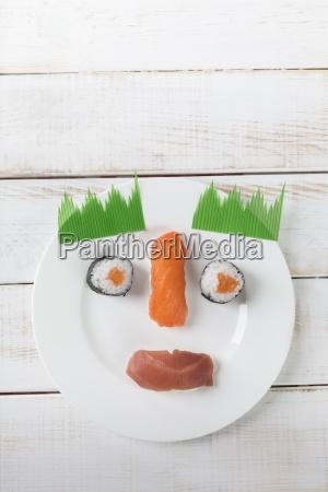 sushi auf einem teller als smilie