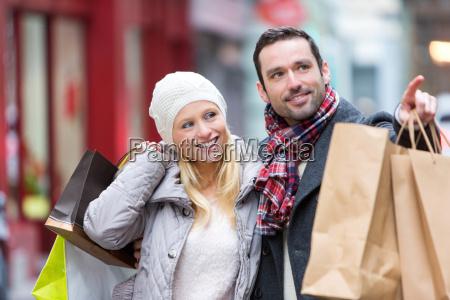 unge attraktive par med indkobsposer