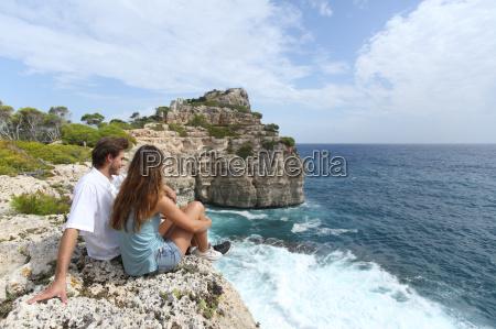 par sidder i en klippe se