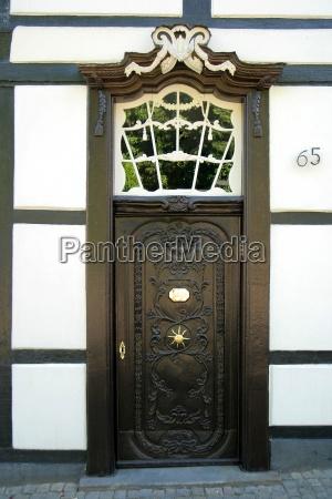 hus bygning dor bindingsvaerk spejling ornamentik