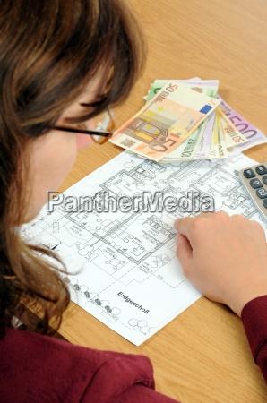 kvinde planlaegge hand bygge koncept udkast