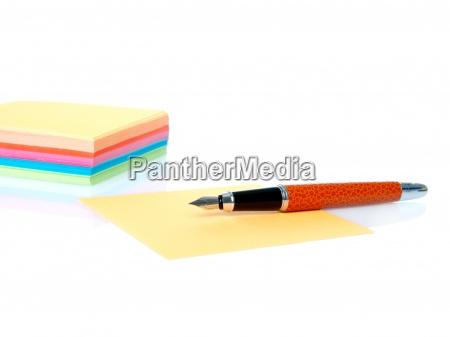 farverige tomme noter og pen isoleret
