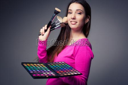 cute make up artist holdt hende