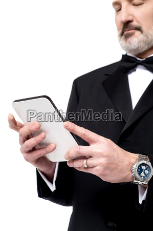 man laeser nyheder pa sin tablet