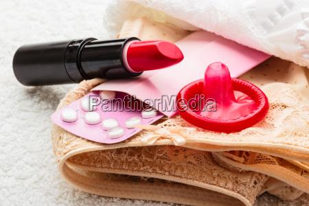 piller kondom og laebestift pa kniplinger