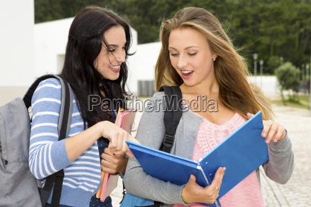 to smukke teenage studerende