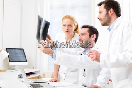 medicinsk hold analyserer sammen et rontgenbillede