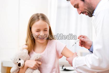 ung lille pige bliver vaccineret hos