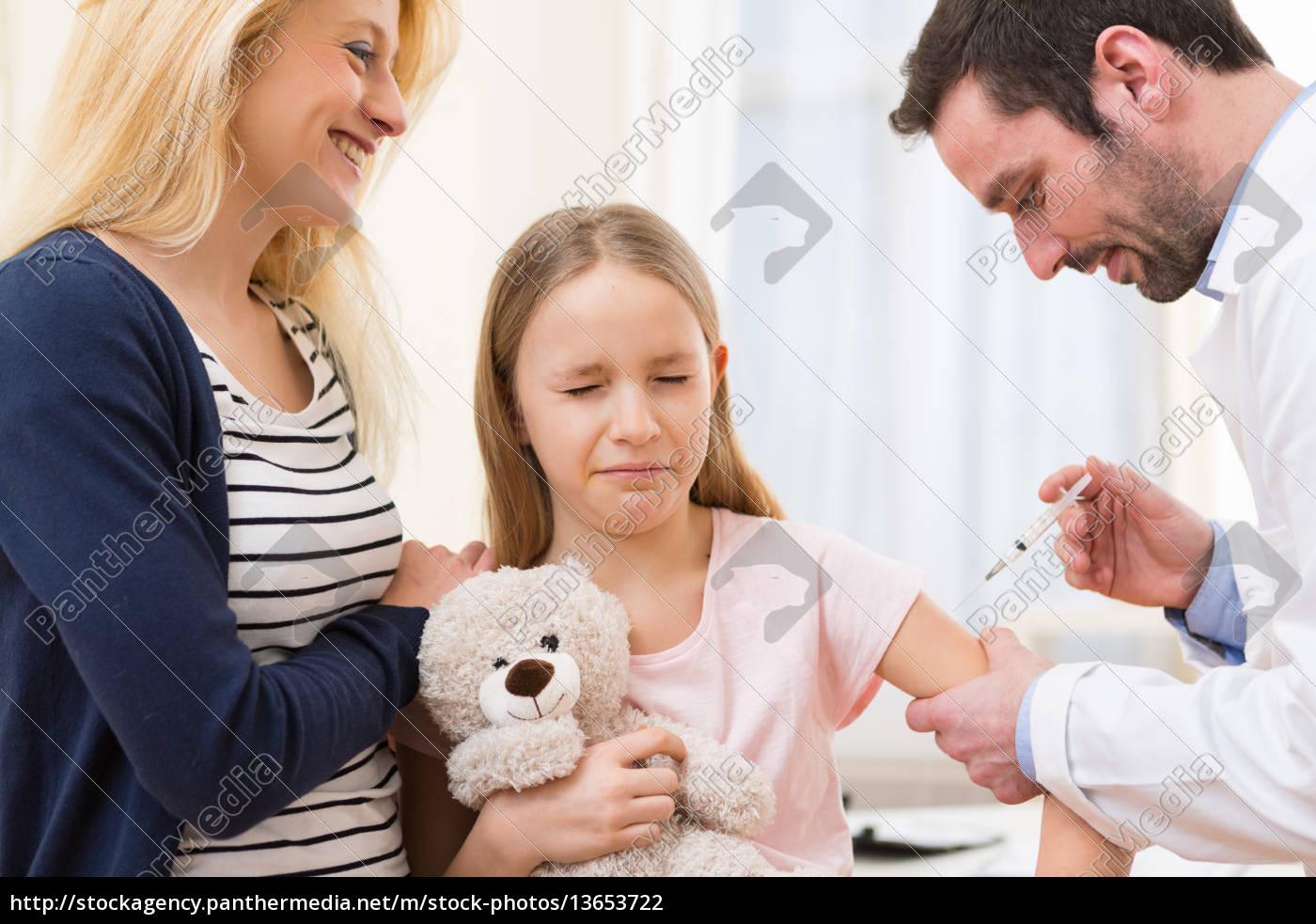 unge, lille, pige, ledsaget, af, sin - 13653722