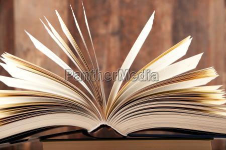 komposition med hardcover bog pa biblioteket