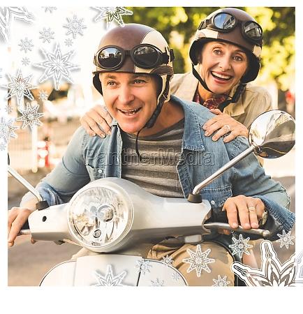 glade modne par ridning en scooter