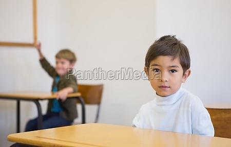 elever ser kameraet pa sit skrivebord