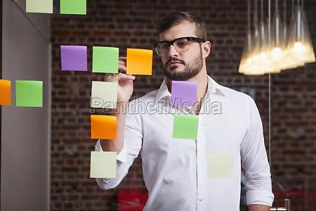 casual forretningsmand skriver pa noter