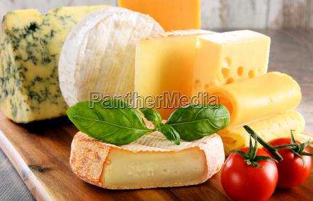 forskellige slags ost isoleret pa kokkenbordet